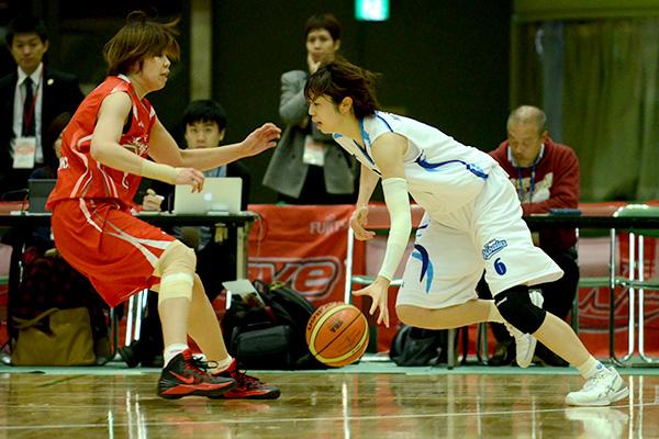 三菱電機#6櫻木 千華選手(右)vs富士通#0長岡萌映子選手