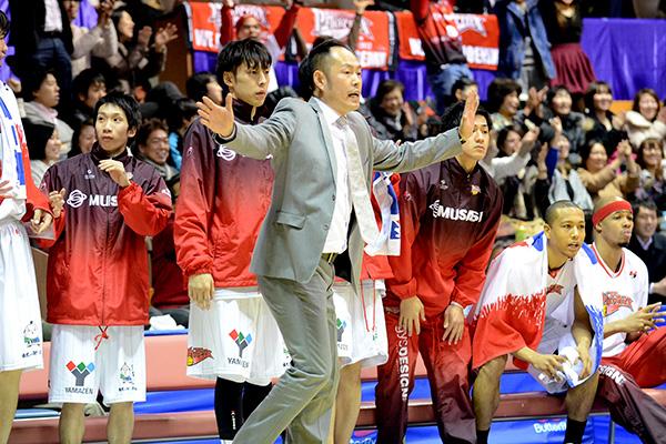熱い指示を送る東野 智弥ヘッドコーチ